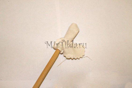 Выворачиваем ручки с помощью деревянной палочки
