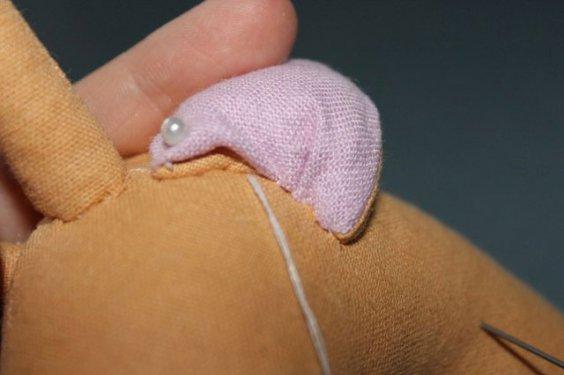 Пришиваем ушки потайным швом