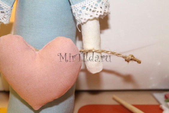 Пришеваем бечевку к ручкам куклы