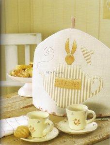 Грелка на чайник с аппликацией зайца тильды