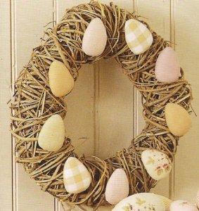 Пасхальный веночек с яйцами